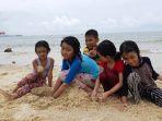 anak-anak-sedang-bermain-di-pantai-setokok_20180912_140259.jpg