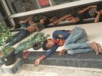 anak-jalanan-terlihat-tertidur-di-emperan-pertokoan-di-kota-batam_20160405_215743.jpg