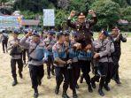 anggota-membopong-kapolres-anambas-akbp-junoto_20170710_131047.jpg