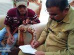 aunur-rafiq-menandatangani-surat-tanda-terima-undangan-mencoblos.jpg