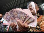 boyamin-saiman-menyerahkan-uang-100-ribu-dolar-singapura.jpg