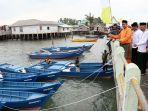 bupati-bintan-apri-sujadi-bantu-nelayan_20171217_143356.jpg