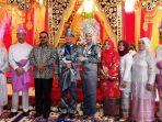 bupati-karimun-aunur-rafiq-berfoto-bersama-mempelai-penganti-putri-walikota-batam_20180331_131430.jpg