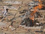 caovid-19-di-india-seorang-pria-berusaha-membuat-api-tetap-menyala.jpg