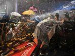 demo-polisi-thailand-menembakkan-air-ke-pengunjuk-rasa-yang-menentang-pemerintah.jpg