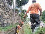 dinas-kebersihan-dan-pertamanan-kota-batam-membersihkan-saluran-parit_20161227_135450.jpg