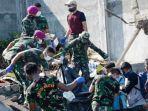 evakuasi-korban-gempa-bumi-dan-tsunami-donggala-dan-palu_20181001_164502.jpg