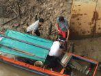 evakuasi-mayat-balita-hanyut-di-kecamatan-meral.jpg