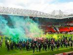 fans-man-united-masuk-ke-stadion-old-trafford-laga-manchester-united-vs-liverpool-ditunda.jpg