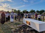 foto-acara-pengebumian-jenazah-elisabet.jpg