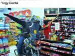 foto-biker-nyeleneh-bergaya-di-minimarket_20170331_163223.jpg