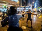 ilustrasi-polisi-hong-kong-menodongkan-senjata.jpg