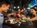 ilustrasi-wisatawan-sedang-menikmati-sajian-di-restoran-singapuraaa.jpg