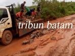 jalan-yang-menjadi-akses-utama-bagi-warga-desa-monggak-rusak-parah_20160725_121408.jpg