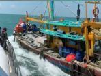 kapal-ikan-malaysia-tabrak-kapal-pengawas-kkp-ri.jpg