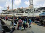 kapal-pelni-km-bukit-raya-sandar-di-pelabuhan-tarempa_20171218_172812.jpg