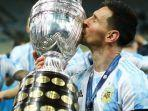 kapten-argentina-lionel-messi-mencium-trofi-copa-america-2021.jpg