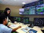 karyawan-atb-tengah-memperhatikan-dashboard-atb-integrated-operation-system.jpg
