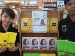 karyawan-gramedia-bcs-mall-batam-menunjukkan-contoh-buku-yang-didiskon_20180517_174925.jpg