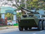 kendaraan-lapis-baja-militer-myanmar-berjalan-di-jalanan-kota-myitkyina.jpg