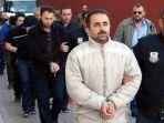kepolisian-turki-menggiring-orang-orang-fethullah-gulen-di-kayseri_20180709_110953.jpg