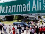 kerumunan-warga-di-muhammad-ali-boulevard_20160611_093042.jpg