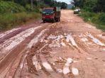 kondisi-jalan-tanjunguncang-yang-rusak-dan-berlumpur_20180706_120044.jpg