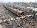 krl-commuter-line-dengan-formasi-12-kereta_20170510_053844.jpg