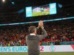 luis-enrique-bertepuk-tangan-ke-arah-pendukung-spanyol-yang-hadir-di-stadion-wembley.jpg