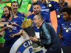 manajer-chelsea-maurizio-sarri-mengangkat-trofi-liga-europa-2018-2019.jpg