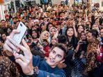 marc-marquez-selfie-dengan-penggemar-di-jakarta_20181031_090806.jpg