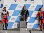 maverick-vinales-tegah-johann-zarco-kiri-dan-francesco-bagnaia-di-podium-motogp-qatar-2021.jpg