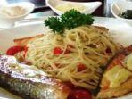 menu-spaghetti-aglio-olio-with-salmon_20180117_110712.jpg
