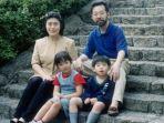 mikio-miyazawa-bersama-istri-dan-dua-anaknya.jpg