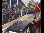 mobil-franky-nyangkut-di-pembatas-jalur-transjakarta_20180831_073125.jpg