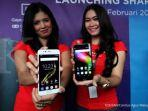 model-memperlihatkan-smartphone-sharp-r1s.jpg