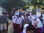 murid-dan-wali-murid-di-luar-bangunan-sd-17890-jalan-dahlia-pekanbaru_20170710_095802.jpg