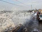 ombak-tinggi-atau-gelombang-tinggi-sebabkan-banjir-rob-di-pekalongan.jpg