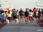 orang-orang-tampak-mengenakan-masker-di-dermaga-bedok-singapura.jpg