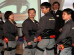 pakaian-robot-hal-bantu-para-petugas-angkut-barang-di-bandara-haneda-jepang_20161125_154418.jpg