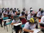 para-pelajar-ini-gunakan-helm-ketika-ujian.jpg