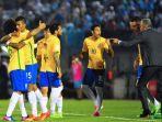 para-pemain-brazil-merayakan-gol-paulinho_20170324_173636.jpg