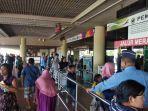 para-penumpang-sedang-antre-untuk-memasuki-pintu-keberangkatan-bandara-udara-hang-nadim.jpg
