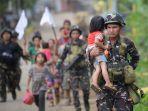 para-prajurit-filipina-membantu-warga_20170602_091539.jpg