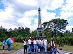 para-wisatawan-saat-berfoto-di-landmark-menara-eiffel.jpg