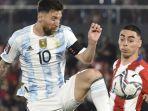 paraguay-vs-argentina-lionel-messi-berebut-bola-dengan-miguel-almiron.jpg