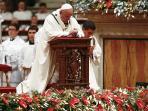 paus-francis-di-gereja-katolik-santa-peters-basilica-vatikan_20151225_102237.jpg