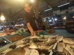 pedagang-menjual-ikan-dingkis-di-pasar-jodoh-batam.jpg