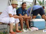 pelatih-nazal-mustofa-baju-putih-menyaksikan-laga-persahabatan-757-kepri-jaya-fc.jpg