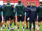 pelatih-timnas-italia-roberto-mancini-tengah-berbicara-dengan-pemainnya.jpg
